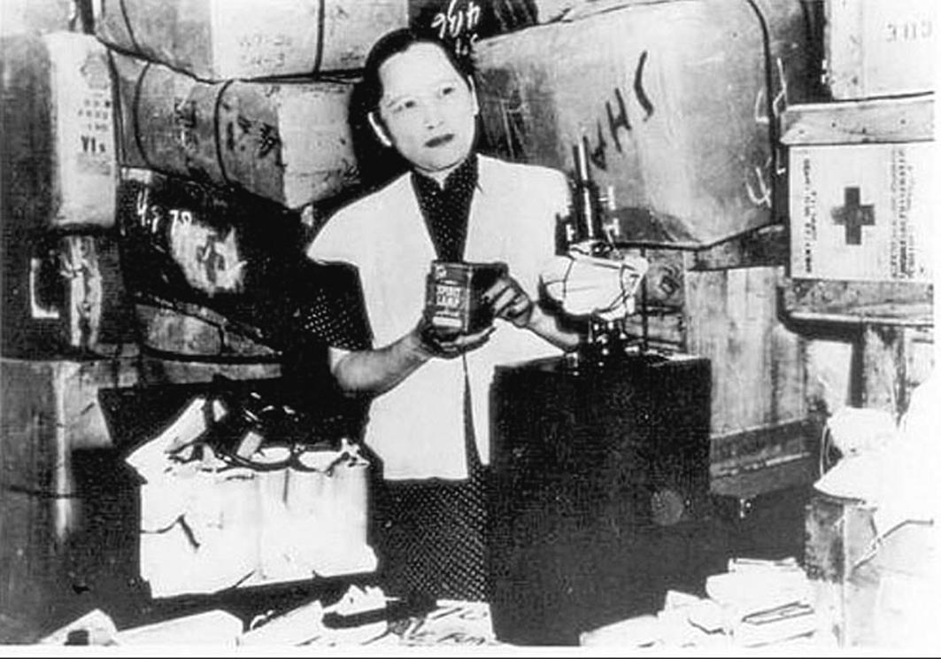 1948年,宋慶齡在中國福利基金會的發放處。宋慶齡通過這個機構把大批醫療物資運往被中共赤化的地區。(新紀元資料圖片)