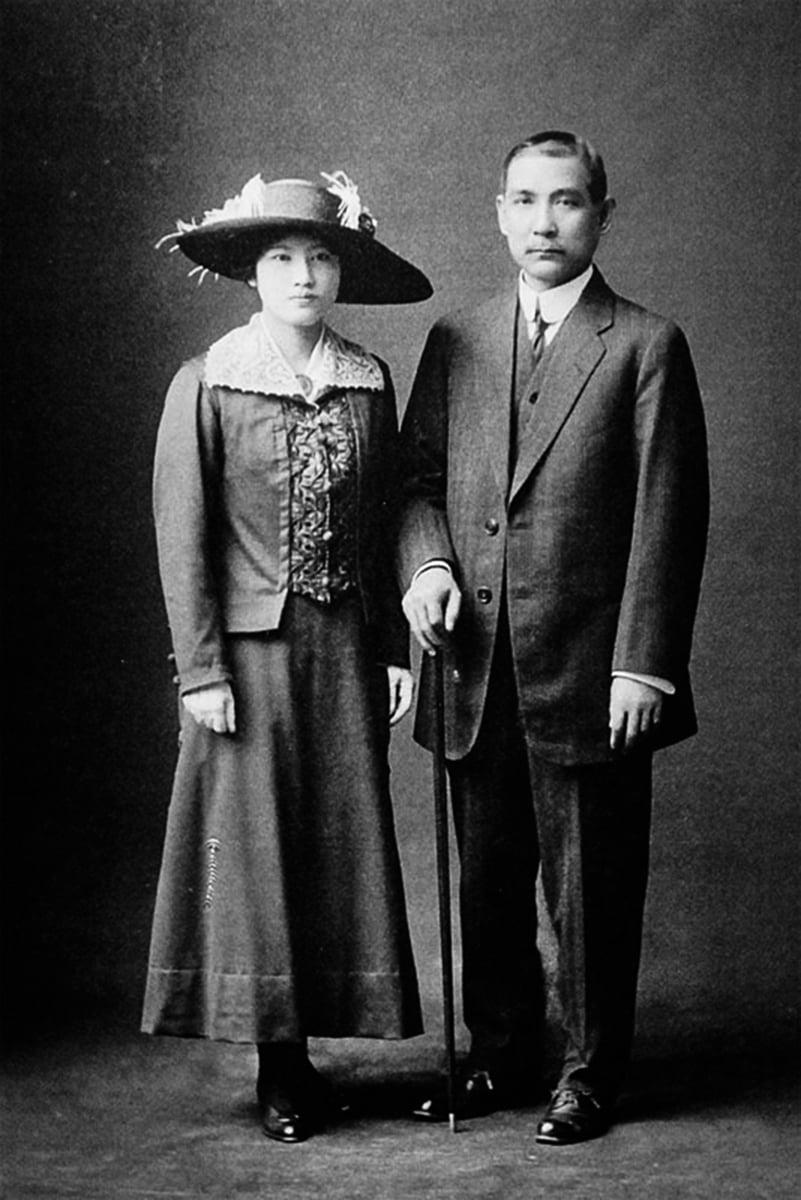 1914年,宋慶齡在日本擔任孫中山的秘書時,與其相戀。圖為1915年10月,宋慶齡與孫中山在日本東京結婚。(公有領域)