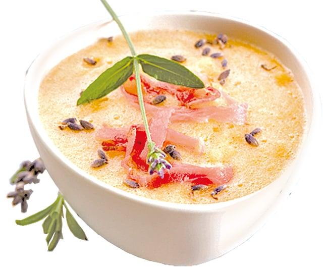 巴馬火腿加入蔬果濃湯中。