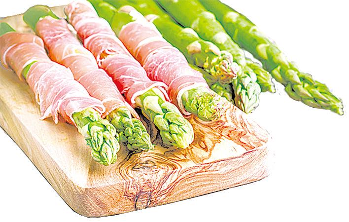 將火腿捲在蘆筍上吃非常美味。
