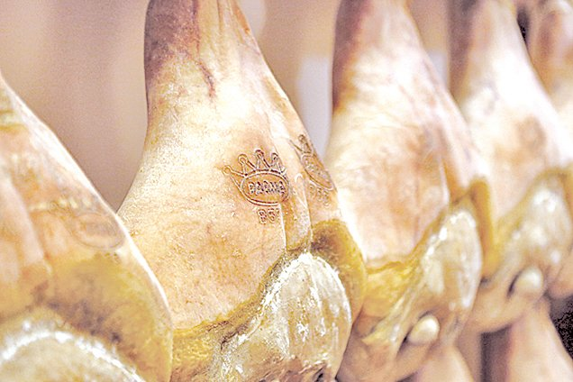 巴馬火腿經過層層檢驗後,才能蓋上皇冠圖樣的標章。