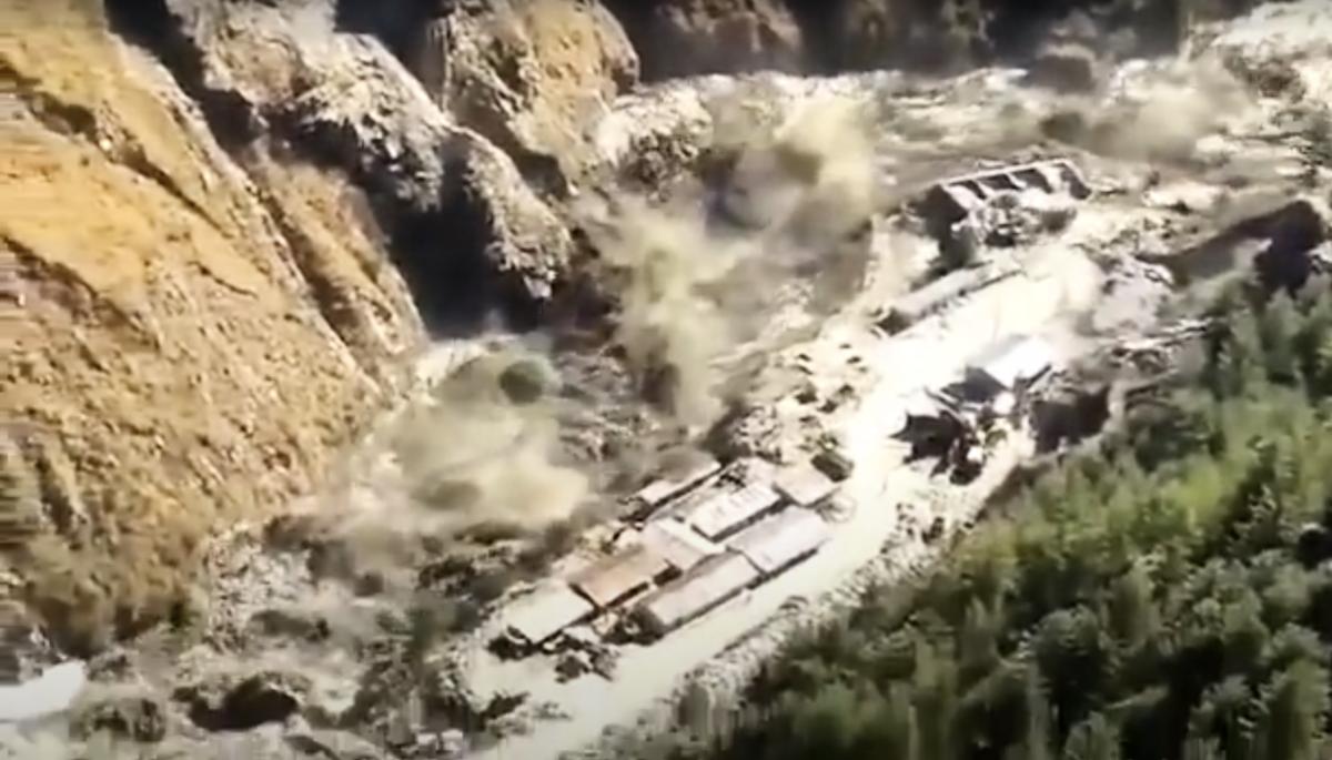 周日(2月7日)凌晨,喜馬拉雅山冰川破裂,沖垮印度北阿坎德邦(Uttarakhand)查莫利縣(Chamoli)當地的水壩,洪水導致下游村莊緊急撤離,造成最少150人失蹤。(網絡視頻截圖)