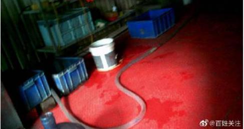 大陸桶裝水造假存在多年,已形成一個產業鏈。圖為鄭州一個桶裝水的銷售點。(微博截圖)