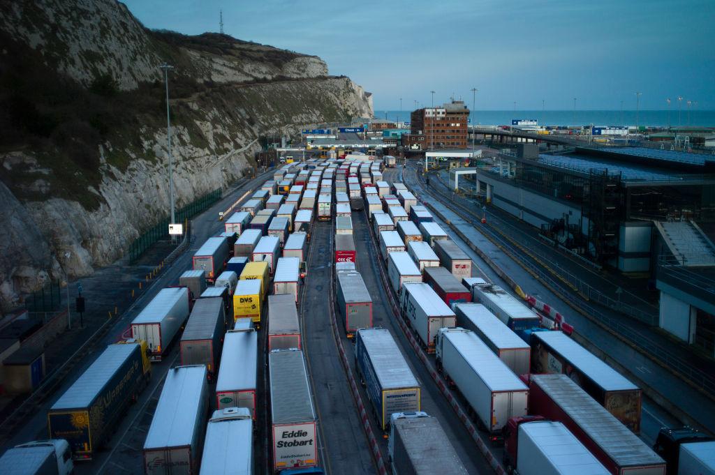 據公路運輸協會的國際會員推文表示,脫歐後英國1月份出口歐盟降68%。圖為英國Dover碼頭輪候前往法國的貨車。(Dan Kitwood/Getty Images)