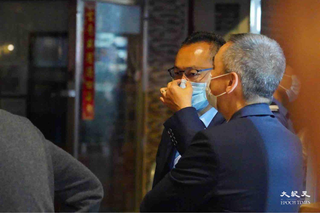 今晚,林鄭同消防處處長梁偉雄等人到佐敦封鎖區視察。(余鋼/大紀元)