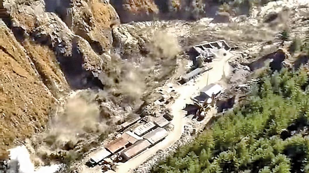 2月7日,喜馬拉雅山冰河崩裂掉落河裏,激起洪流衝擊印度一座水壩,造成北阿坎德省傑莫利縣一處村落發生暴洪。(影片截圖)