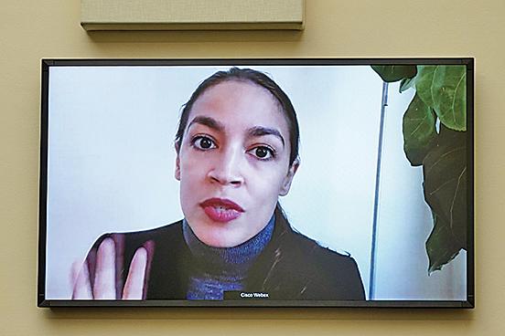 圖為在社群媒體上開直播的寇蒂茲(Alexandria Ocasio-Cortez,簡稱AOC)。(Getty Images)