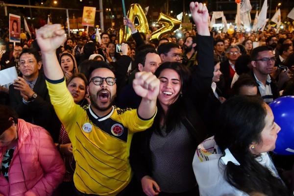 在哥倫比亞政府和武裝力量FRAC在古巴首都哈瓦那簽署和平協議,結束近半個世紀的內戰衝突後,哥倫比亞人們走上街頭慶祝。(GUILLERMO LEGARIA/AFP/Getty Images)