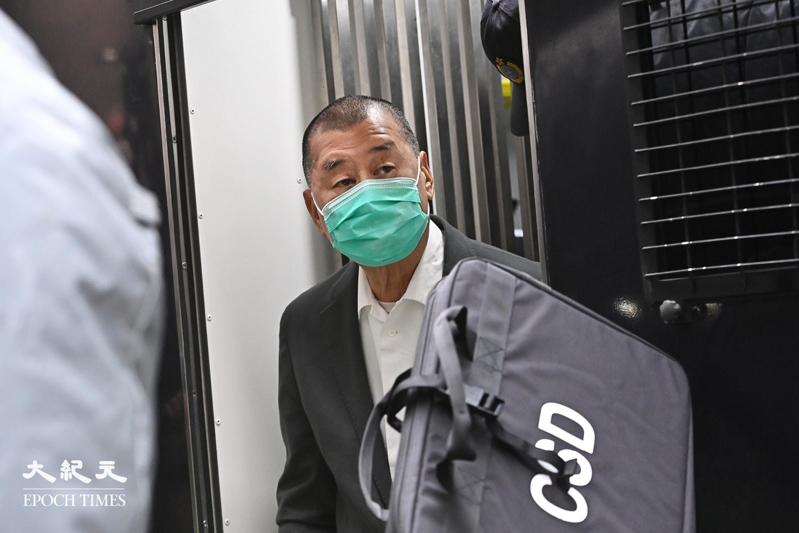 2月9日上午,壹傳媒創辦人黎智英從囚車下來,前往終審法院。(宋碧龍/大紀元)
