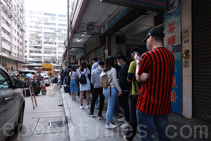 大排長龍的「好好運快餐店」。(陳仲明/大紀元)