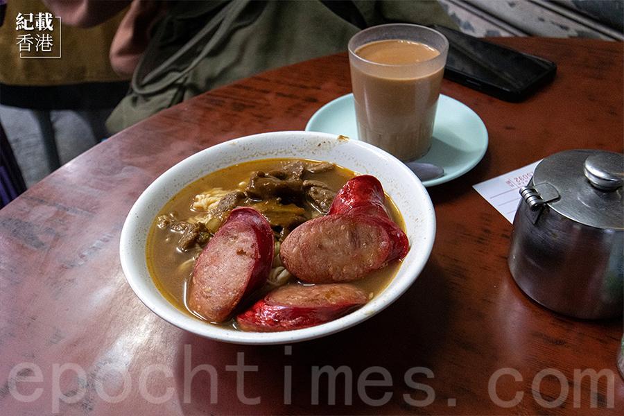 沙爹牛肉紅腸麵。(陳仲明/大紀元)