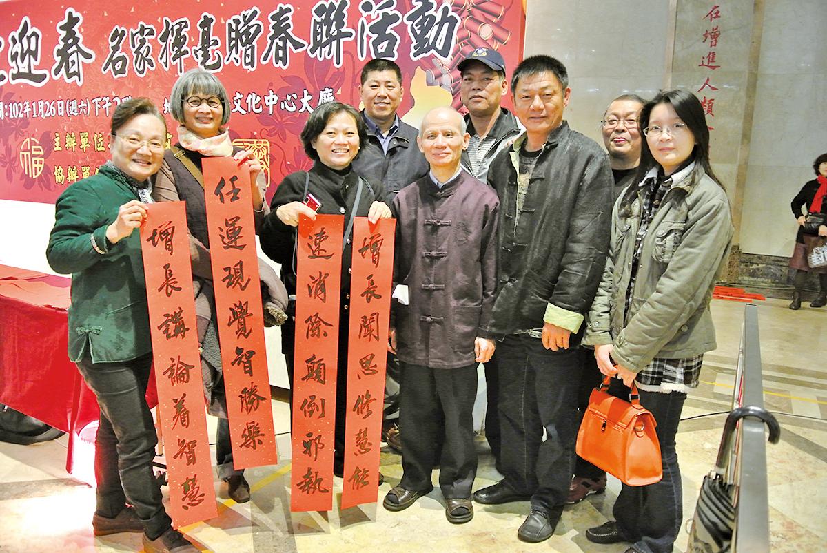 台灣基隆推動成為書法之都,文化局舉辦的名家揮毫贈春聯活動。(周美晴/大紀元)