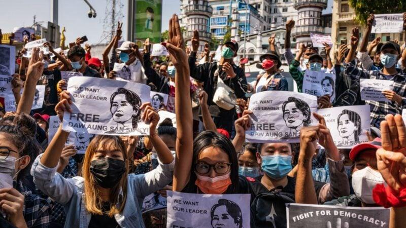 圖為2月8日,緬甸仰光再次舉行抗議活動,抗議者手舉昂山素姬的抗議海報。 (StringerGetty Images)