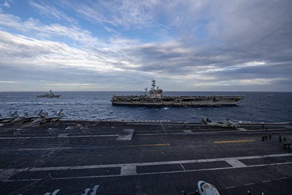 2月9日,美軍雙航母在南海演練,圖為從羅斯福號航母(CVN 71)上拍攝旁邊的尼米茲號航母(CVN 68)。(美國海軍面書)