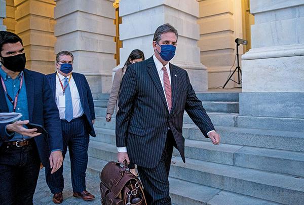 前總統特朗普的辯護律師布魯斯卡斯特(Bruce Castor)( 右)在2 月9日,彈劾審判結束後離開國會大廈。(Sarah Silbiger/Getty Images)