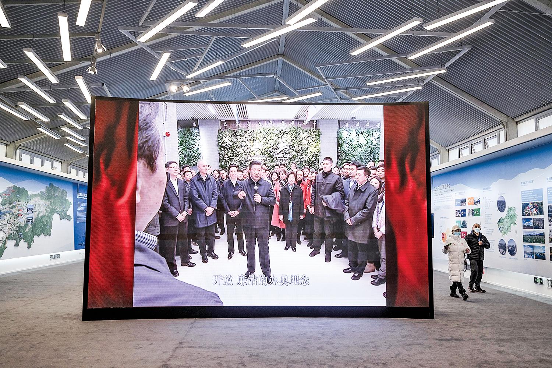 2月5日,北京2022年冬奧會展覽中心的屏幕上播放著習近平視察時的影片。(Kevin Frayer/Getty Images)