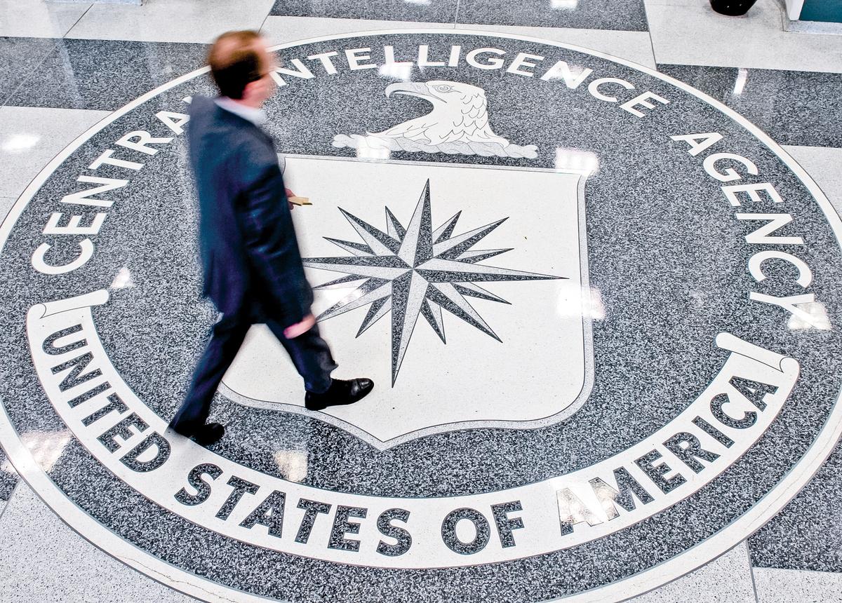 一名男子穿過中央情報局(CIA)在維吉尼亞州蘭利總部大廳的印章。(Saul Loeb/AFP/Getty Images)
