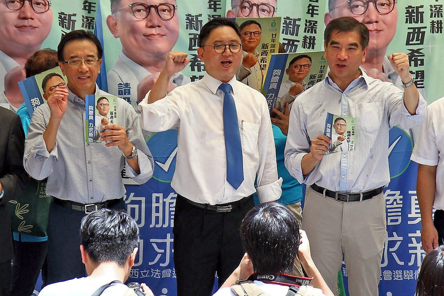 自由黨新界西候選人周永勤(中)突然宣佈停止一切競選活動,變相退選。(大紀元資料圖片)