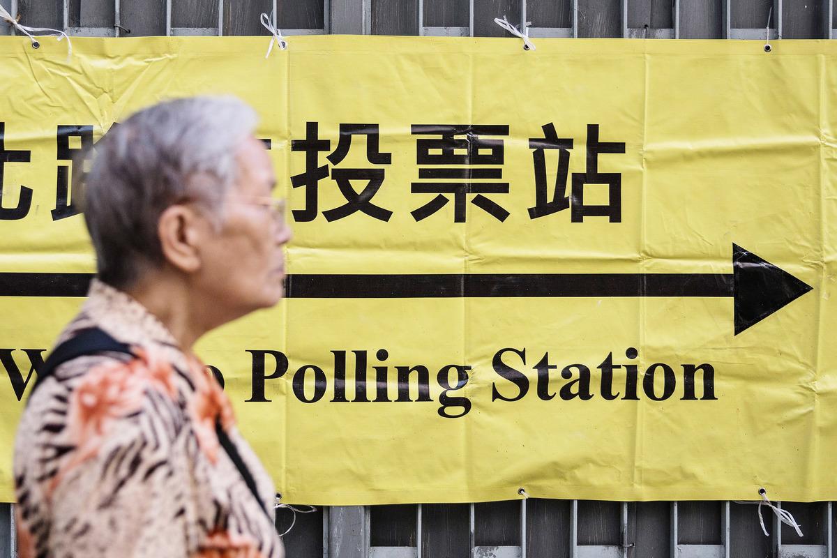 近年無論區選或立會選舉,均有傳媒揭發有組織或老人院組團帶領老人到票站投票,甚至出動「掌心雷」要求老人家投予特定候選人。(Anthony Wallace/AFP)