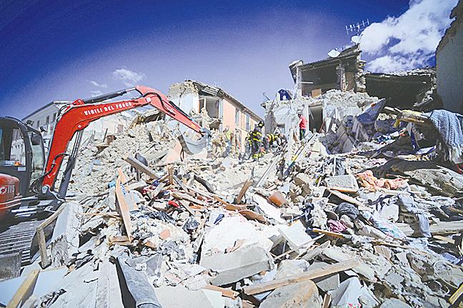 搜救人員在瓦礫堆中找尋可能的生還者。(Getty Images)