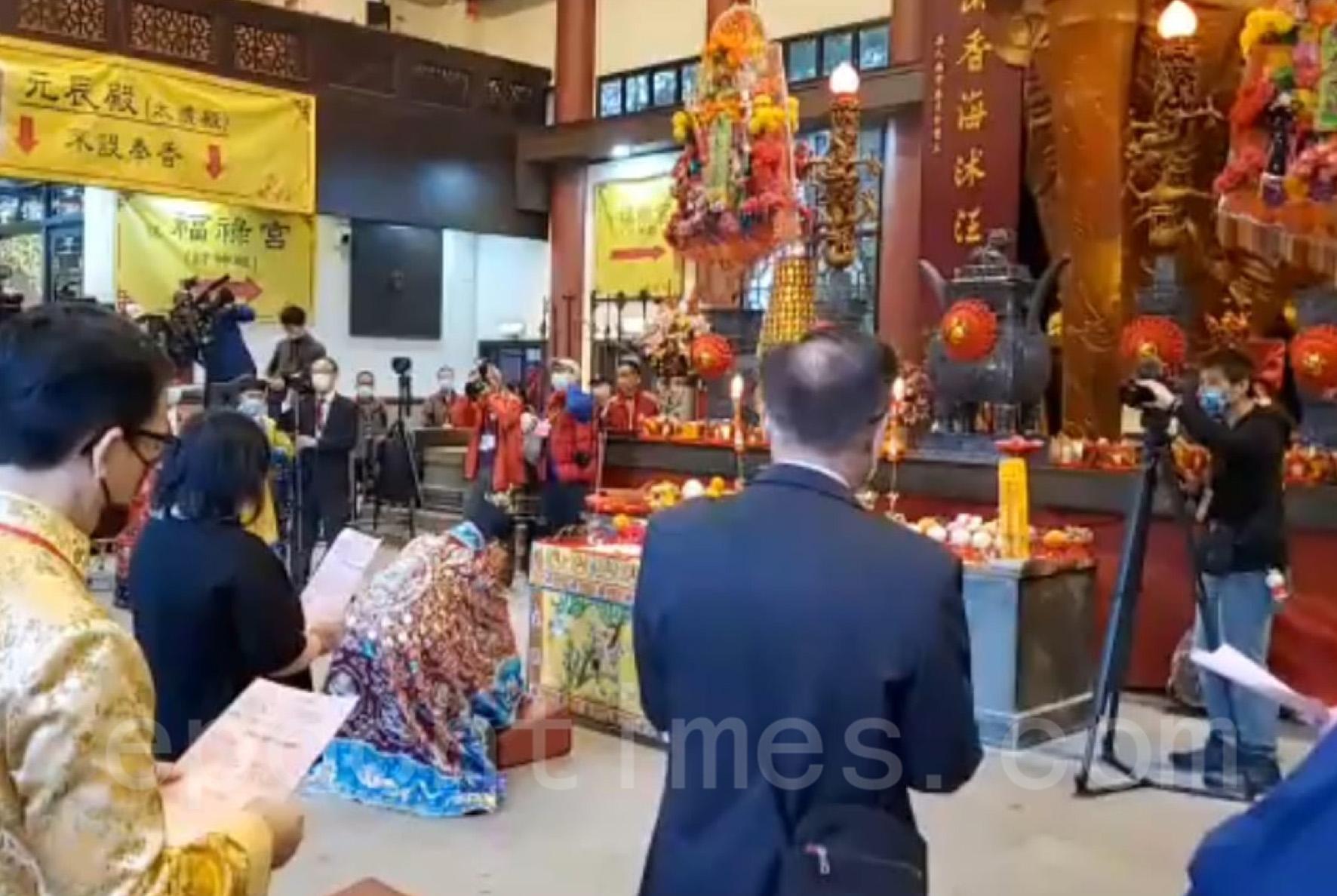 年初二車公誕,鄉議局主席劉業強按傳統到車公廟祈福和求籤。他為香港求得第45中籤。(Billy Chan/大紀元)