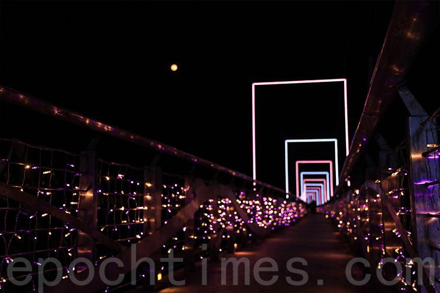 粉紅色、粉紫色LED燈飾在海濱長廊蔓延,營造出溫馨浪漫的氣氛。(陳仲明/大紀元)