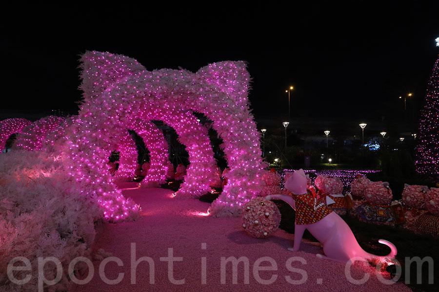 入夜後的「戀戀喵燈」走廊,以燈光展示出貓咪輪廓,富有新意。(陳仲明/大紀元)
