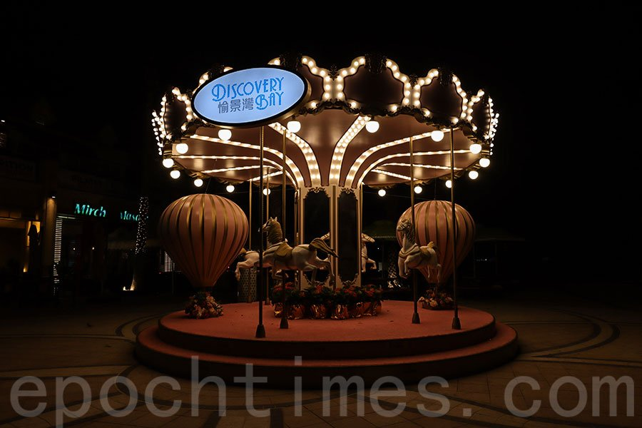今年愉景灣以「Love Is All Around」為主題,在愉景北商場設置大型粉紅熱氣球旋轉木馬。(陳仲明/大紀元)