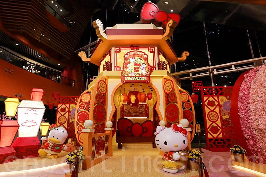 「Sanrio天燈園」登陸九龍灣,23呎高天燈亭配以HELLO KITTY造型,十分可愛!(陳仲明/大紀元)