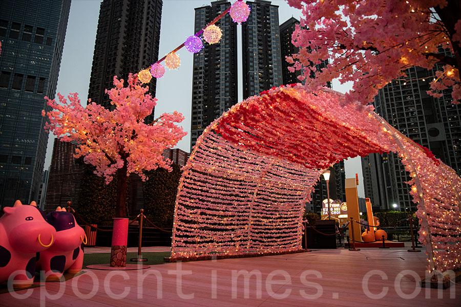 「荃灣廣場 x PLASTIC THING 食得是福迎新春」大型裝置,粉色的櫻花步道帶來甜蜜的滋味。(陳仲明/大紀元)