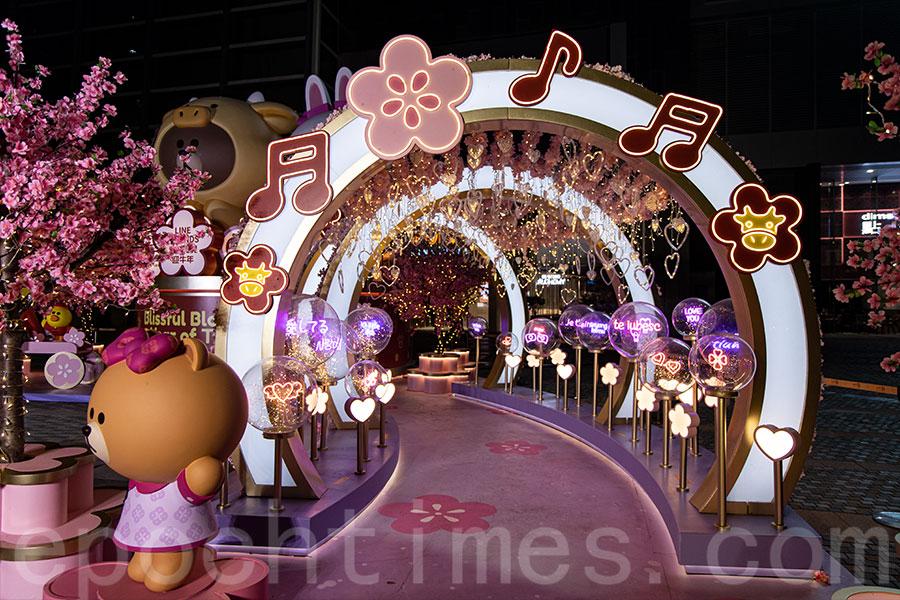 桃花樹和粉紅隧道呈現歡樂氣氛。(陳仲明/大紀元)