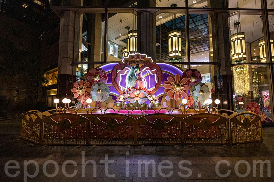 北角港運城設置大型鸚鵡裝置,融合新年和情人節的喜慶氣氛。(陳仲明/大紀元)