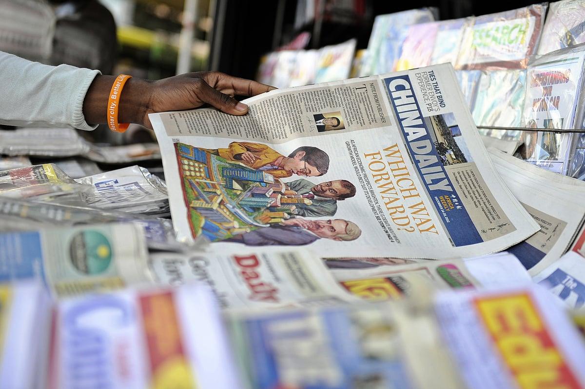 2012年12月14日,《中國日報》非洲版在當地上市。(TONY KARUMBA/AFP via Getty Images)