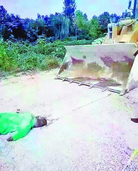 山東農民阻強徵地遭鏟車壓死