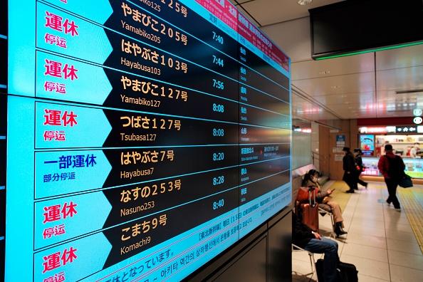 日本昨天(13日)發生7.3級大地震,多處山泥傾瀉,超過90萬戶一度停電、新幹線列車服務停運。(KAZUHIRO NOGI/AFP via Getty Images)