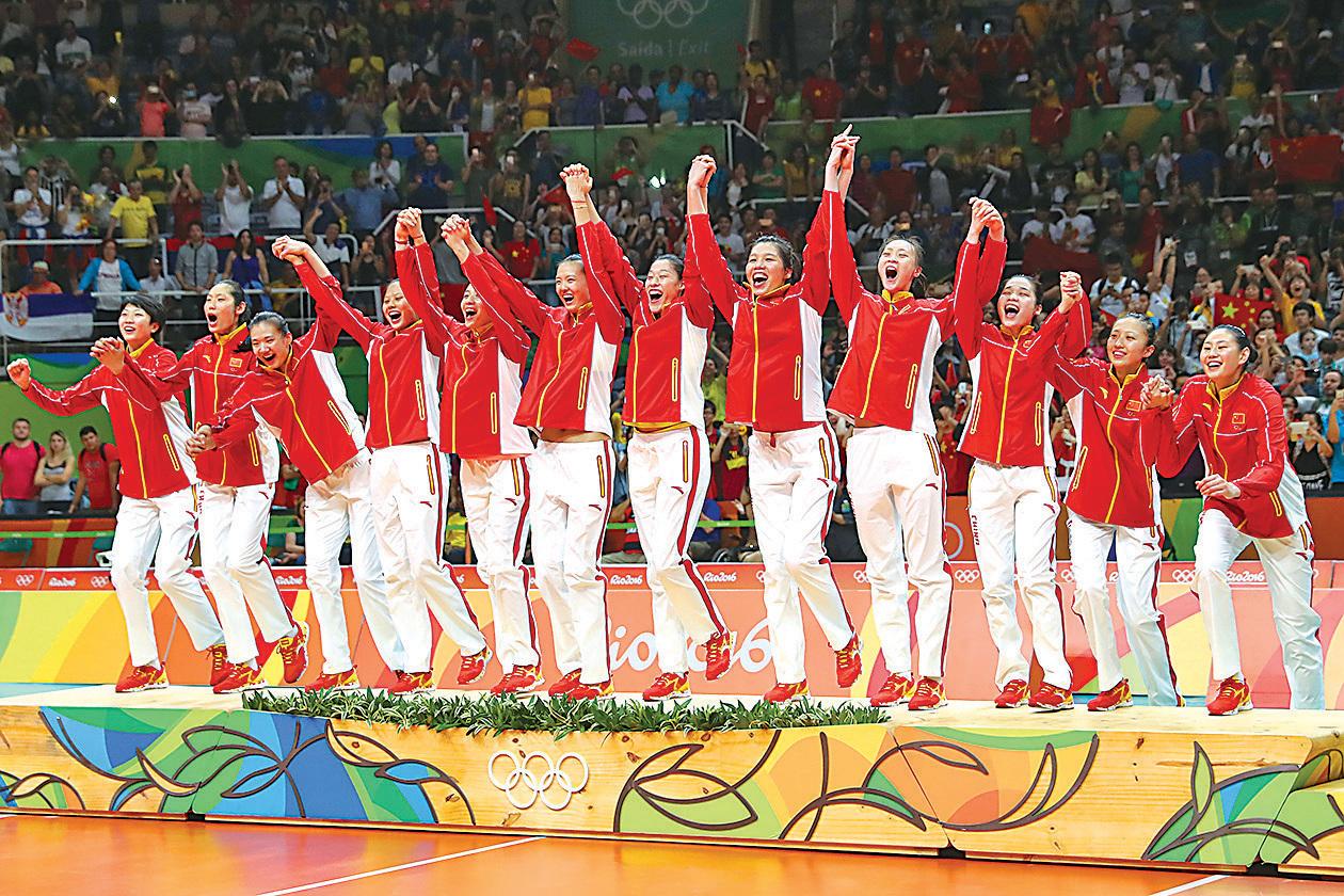 中國女排於里約奧運奪冠,團隊在領獎台上慶祝。(Getty Images)