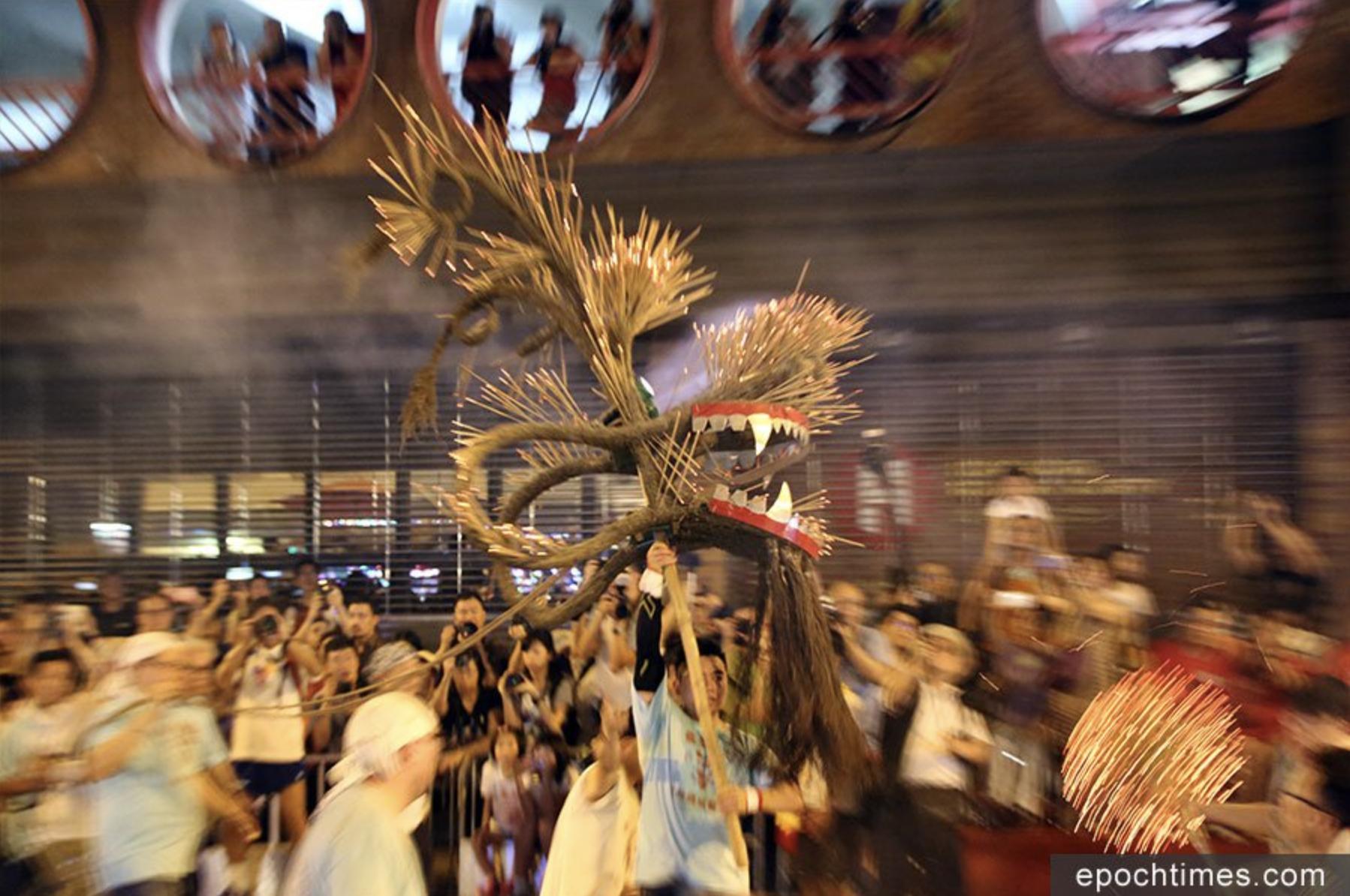 大坑火龍在浣紗街表演。(大紀元資料圖片)