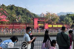 香港人年初三拜車公 善信願疫情好轉人人笑口