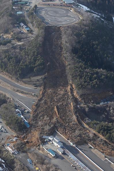 日本昨天(13日)於當地時間23時08分發生7.3級大地震。地震引發多處山泥傾瀉,有高速公路封閉。(STR/JIJI PRESS/AFP via Getty Images)