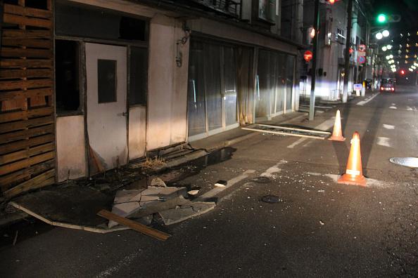 昨天(13日)的地震在東京有強烈震感,門窗劇烈搖動。有居東京港人指:「我住的公寓搖晃了幾分鐘!」(JIJI PRESS/AFP via Getty Images)