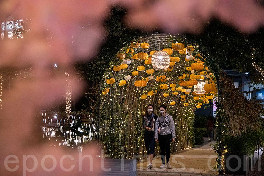 元朗Yoho Mall的南瓜隧道。(陳仲明/大紀元)