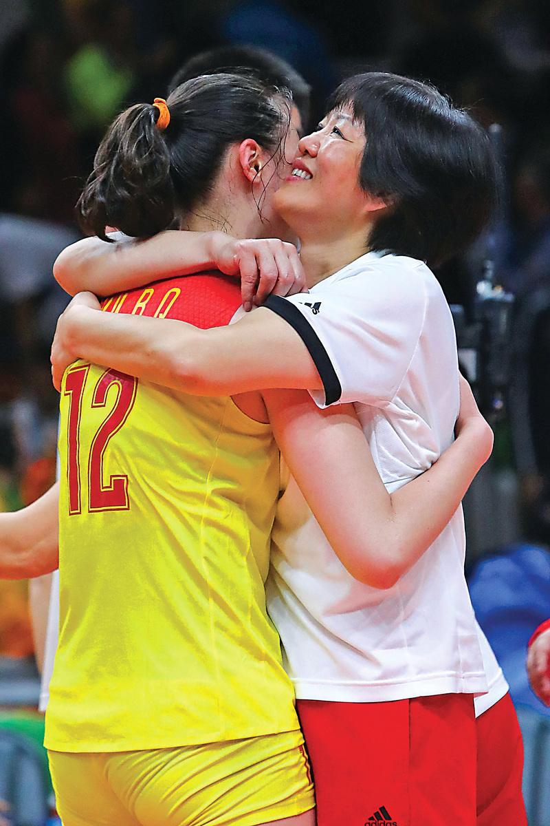 艱苦付出終於獲得回報。圖為郎平(右)與惠若琪在里約奧運奪冠後相擁而抱。(Getty Images)