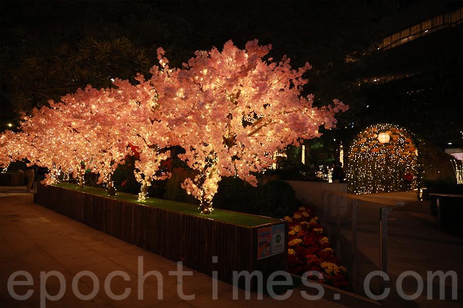 元朗Yoho Mall日系30米夜櫻步道。(陳仲明/大紀元)