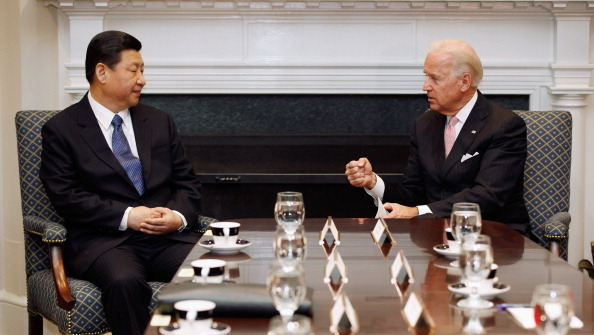 2012年2月14日,拜登(右)與習近平在白宮會面。 (Chip Somodevilla/Getty Images)
