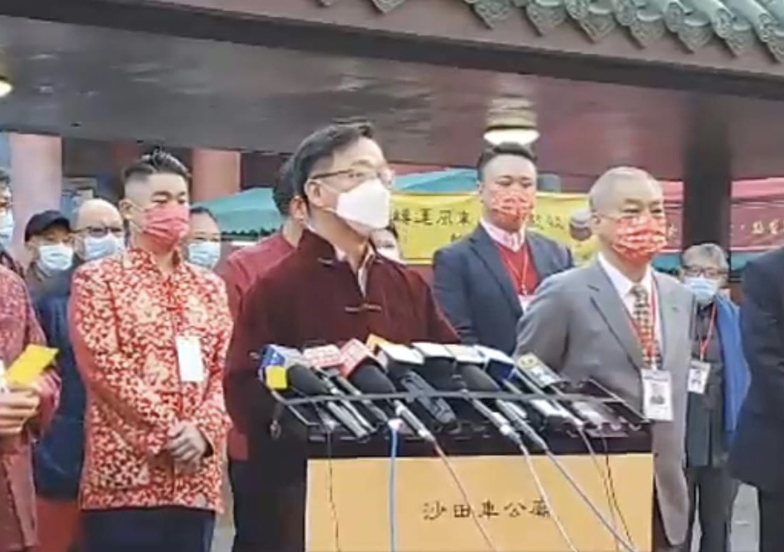 鄉議局主席劉業強為香港求得中籤。(Billy Chan/大紀元)