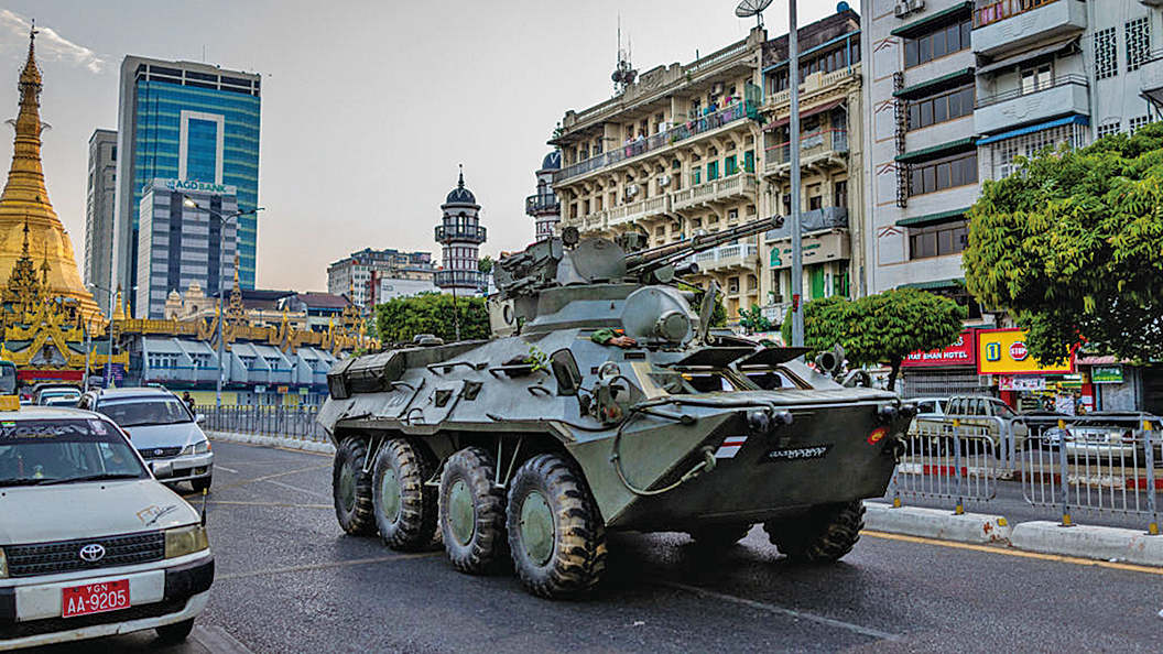 2月14日,有裝甲車出現在仰光街頭。(Getty Images)