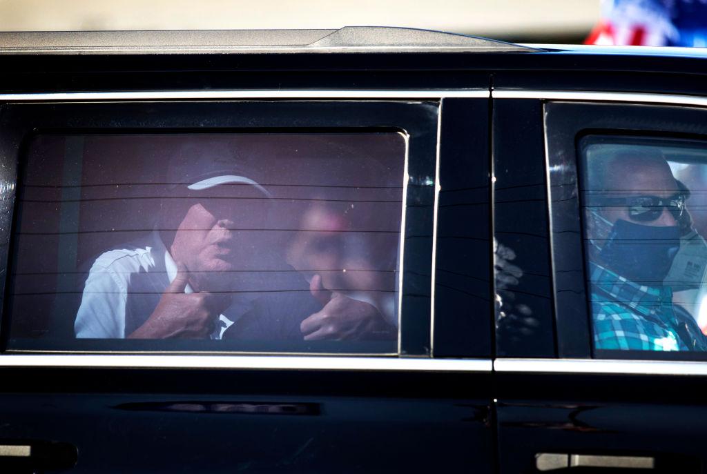 前美國總統特朗普(Donald Trump)2月15日下午意外現身佛州西棕櫚灘的集會地點,在車內為支持者豎起大拇指。(Joe Raedle/Getty Images)