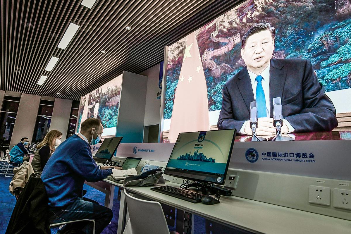 中共為在美國加深影響力,對美國媒體的統戰不遺餘力。圖為2020年11月4日,外國記者在上海一家媒體中心,採訪國際進口博覽會開幕式。(Getty Images)