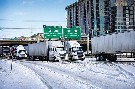 2021年2月15日,冬季風暴席捲美國26個州,冰凍溫度和降雪混合在一起,導致德薩斯州交通延誤和電力中斷。(Getty Images)