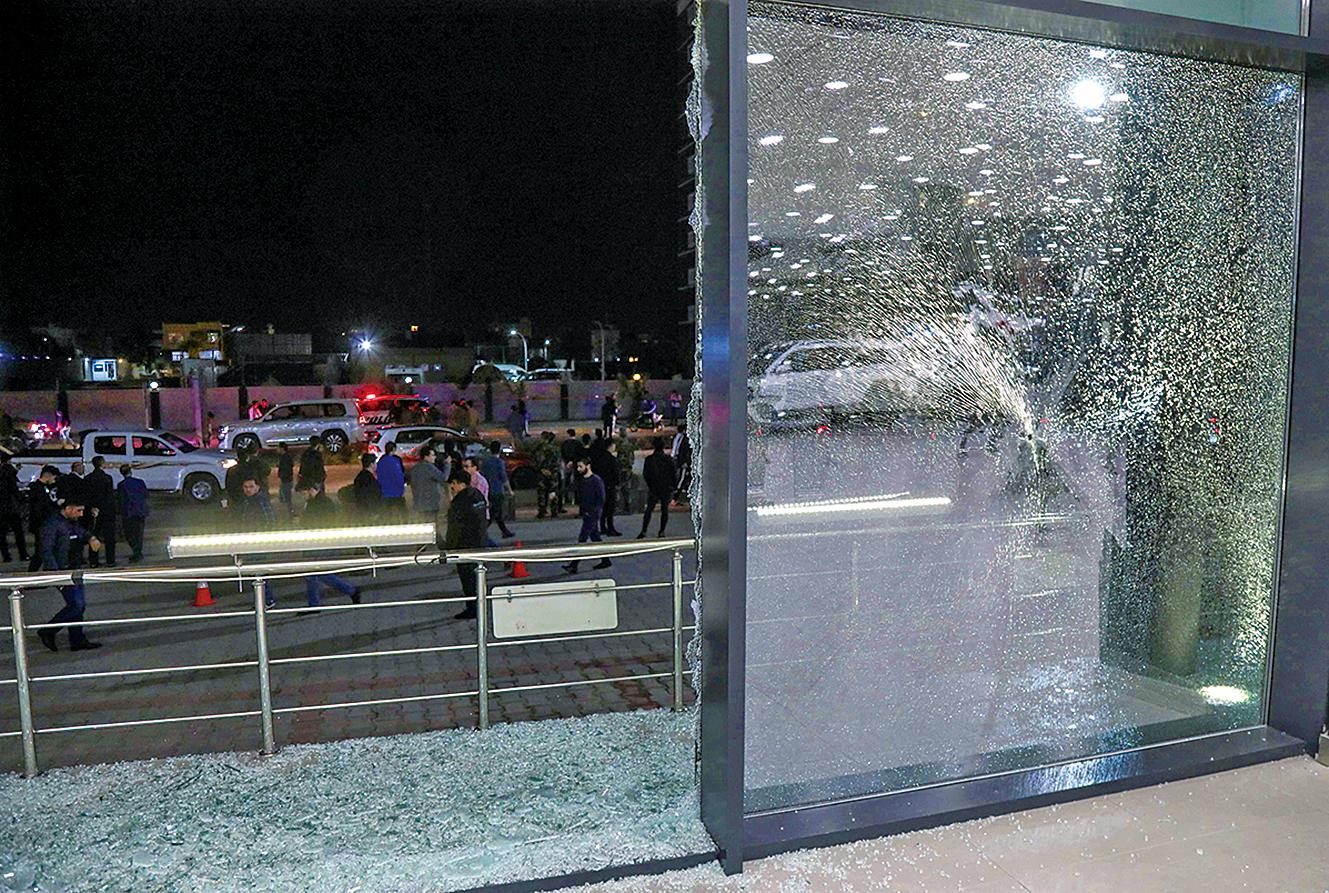2021年2月15日,伊拉克北部庫爾德自治區首府遭到火箭彈襲擊,一家商店的地板上都是碎玻璃。(Getty Images)